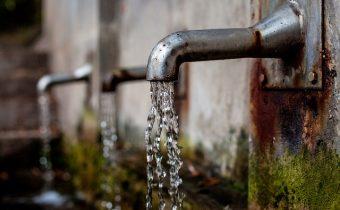 woda płynie z metalowych kranów
